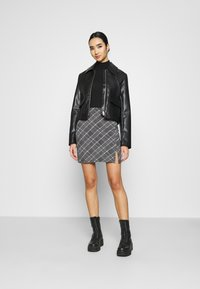 Even&Odd - Basic mini skirt with slit - Miniskjørt - black/multi-coloured - 1