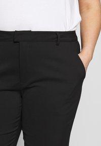 Kaffe Curve - KCSANIE CROPPED PANTS - Bukse - black deep - 5