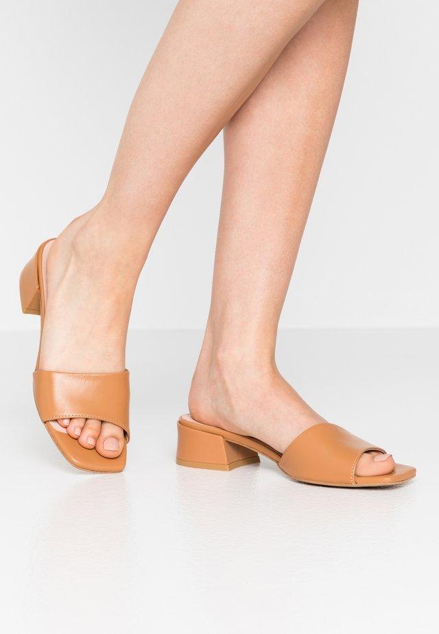 HAVANA - Pantolette flach - brown