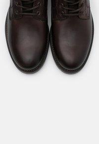 Marc O'Polo - LACE UP BOOT - Šněrovací kotníkové boty - dark brown - 4