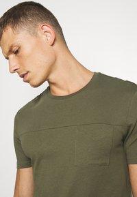 Pier One - Basic T-shirt - olive - 4