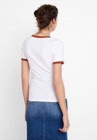 KIOMI - Print T-shirt - bright white with brown colour block - 2