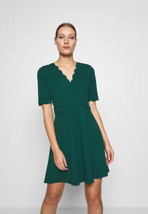 SCALLOPED DETAIL DRESS - Jerseykjoler - green