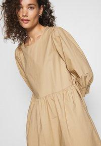 Moss Copenhagen - MINORA 3/4 DRESS - Denní šaty - travetine - 5