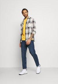 Levi's® - VINTAGE TEE - T-shirt basic - kumquat garment dye - 1