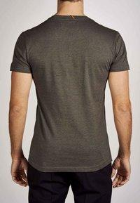 MDB IMPECCABLE - Basic T-shirt - dark olive - 4