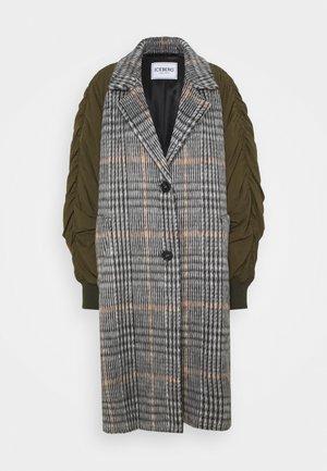 CHECKED MIXED MEDIA COAT - Klasický kabát - quadro fondo nero arancio