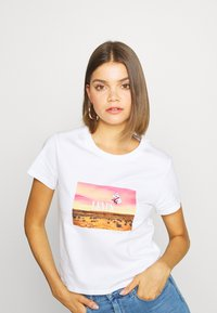 Levi's® - GRAPHIC SURF TEE - T-shirt med print - white - 3