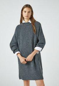 PULL&BEAR - Pletené šaty - grey - 0