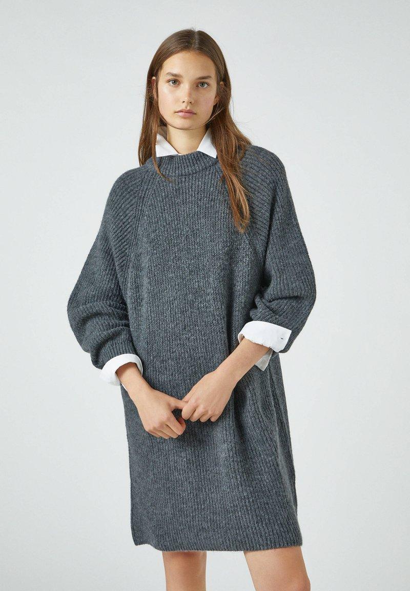 PULL&BEAR - Pletené šaty - grey