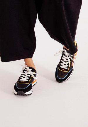 SLIVER RUNNER-NAKED LA - Zapatillas - black
