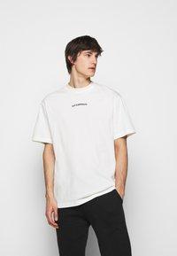 Han Kjøbenhavn - BOXY TEE BACK - Print T-shirt - off white - 2