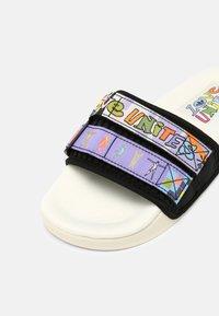 adidas Originals - ADILETTE SANDLE 2.0 PRIDE UNISEX - Matalakantaiset pistokkaat - white - 6