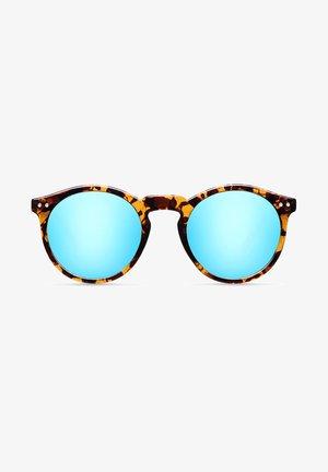 KUBU - Sunglasses - tigris sky