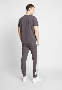 CLOSURE London - CONTRAST CUT SEW PANEL  - Pantalones deportivos - grey - 2