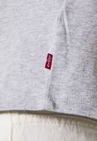 Levi's® - GRAPHIC SURF TEE - T-shirt con stampa - heather grey - 5