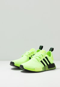 adidas Originals - NMD R1 - Matalavartiset tennarit - signal green/core black - 2