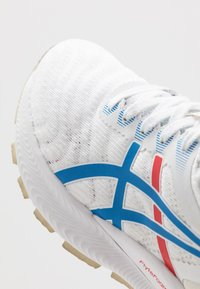 ASICS - GEL-NIMBUS 22 RETRO TOKYO - Neutral running shoes - white/electric blue - 5