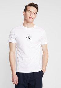 Calvin Klein Jeans - CENTERED MONOGRAM SLIM TEE - T-shirt med print - bright white - 0