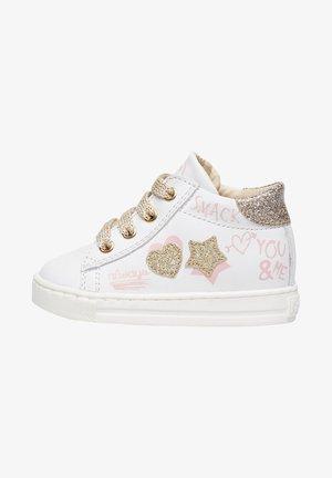 HOGWA MIT PATCHS UND PRINTMO - Baby shoes - weiß