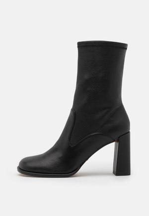HELLO SCOOP TOE BLOCK BOOT - Classic ankle boots - black