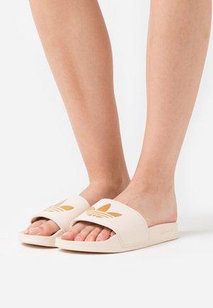ADILETTE SPORTS INSPIRED SLIDES - Pantofle - linen/gold metallic