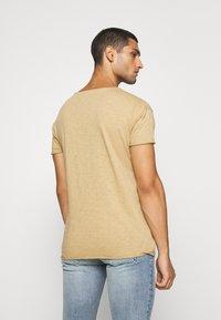Nudie Jeans - ROGER - Camiseta básica - beige - 2