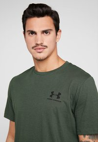 Under Armour - SPORTSTYLE BACK TEE - T-shirt med print - baroque green/black