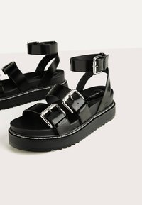 Bershka - MIT RIEMCHEN UND SCHNALLEN - Korkeakorkoiset sandaalit - black - 5
