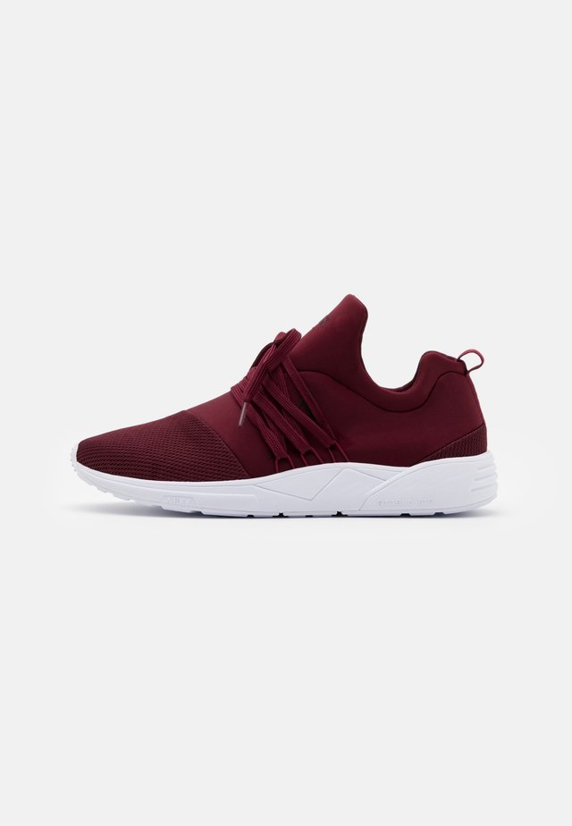 RAVEN UNISEX - Matalavartiset tennarit - burgundy/white