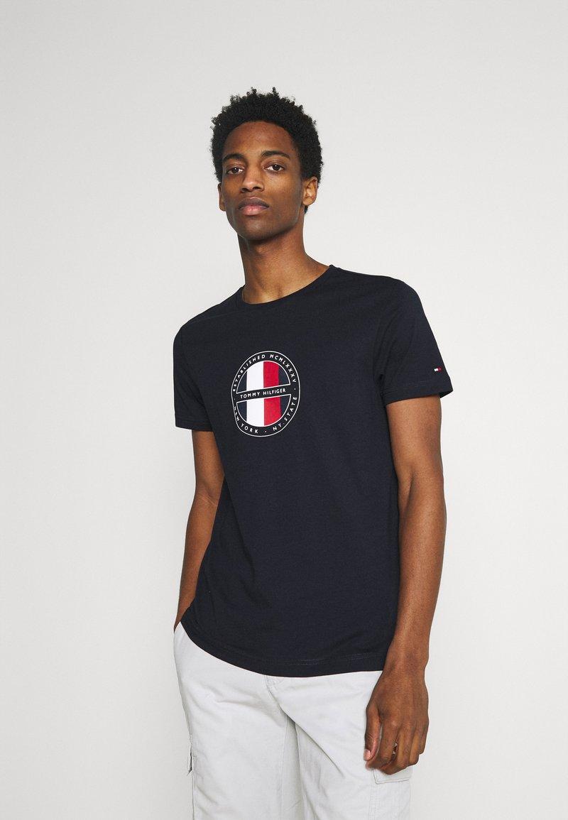Tommy Hilfiger - CIRCULAR LOGO  - T-shirt con stampa - desert sky