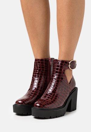 BRYCE CUT OUT UNIT - Kotníkové boty na platformě - burgundy