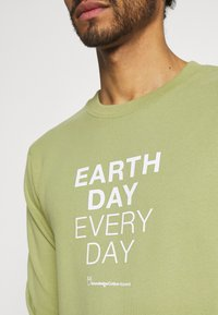 KnowledgeCotton Apparel - EARTHDAY EVERYDAY TEXT CREW NECK - Sweater - sage - 4