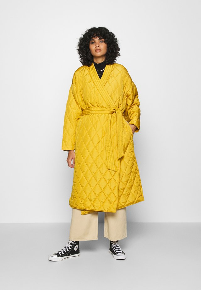 QUILTED KIMONO COAT - Zimní kabát - mustard