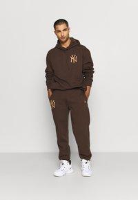 New Era - MLB NEW YORK YANKEES OVERSIZED SEASONAL COLOUR HOODY - Klubové oblečení - midnight brown - 1