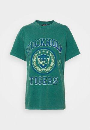 COLLEGIATE VARSITY TEE - Print T-shirt - green