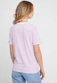 Pieces - PCRIA FOLD UP TEE - Print T-shirt - bright white/malaga - 2