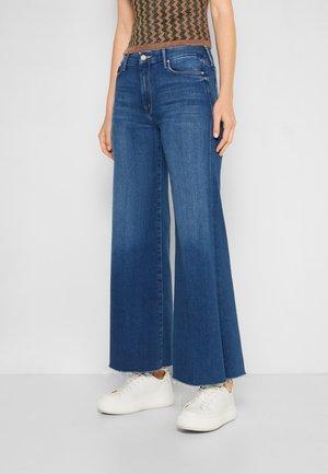THE ROLLER FRAY - Flared Jeans - blue denim