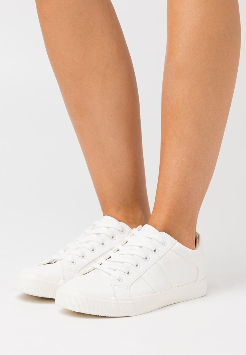 Dorothy Perkins Wide Fit - WIDE FIT INDEED STRIPE DETAIL LACE UP SPORT - Sneakers basse - white