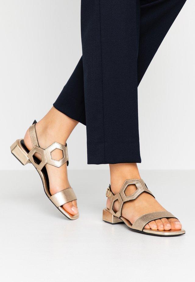 Sandaalit nilkkaremmillä - platino