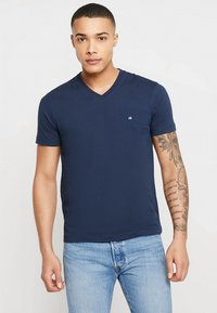 Calvin Klein - V-NECK CHEST LOGO - T-shirt - bas - blue - 0