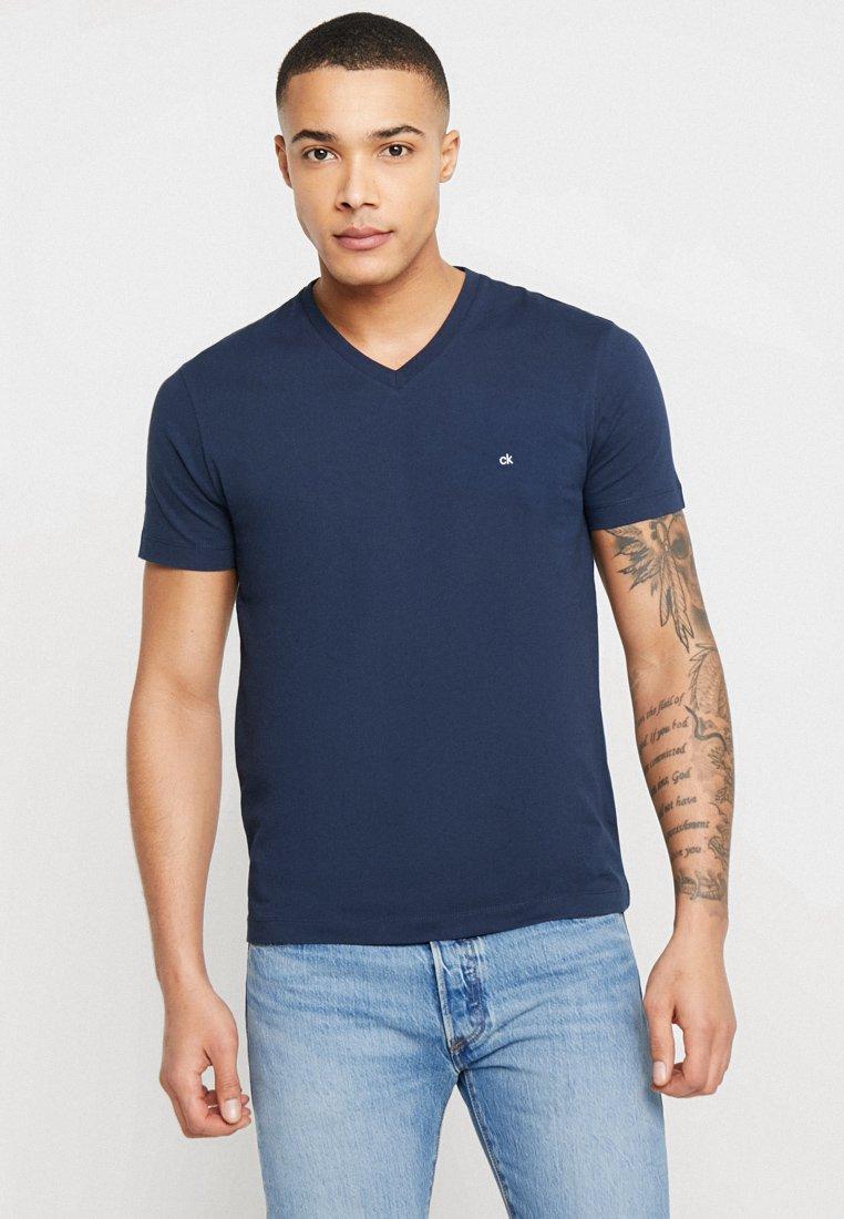 Calvin Klein - V-NECK CHEST LOGO - T-shirt - bas - blue