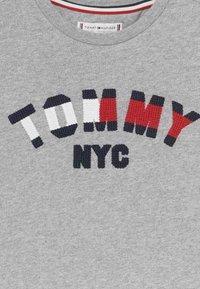 Tommy Hilfiger - GRAPHIC  - T-shirt print - grey - 3
