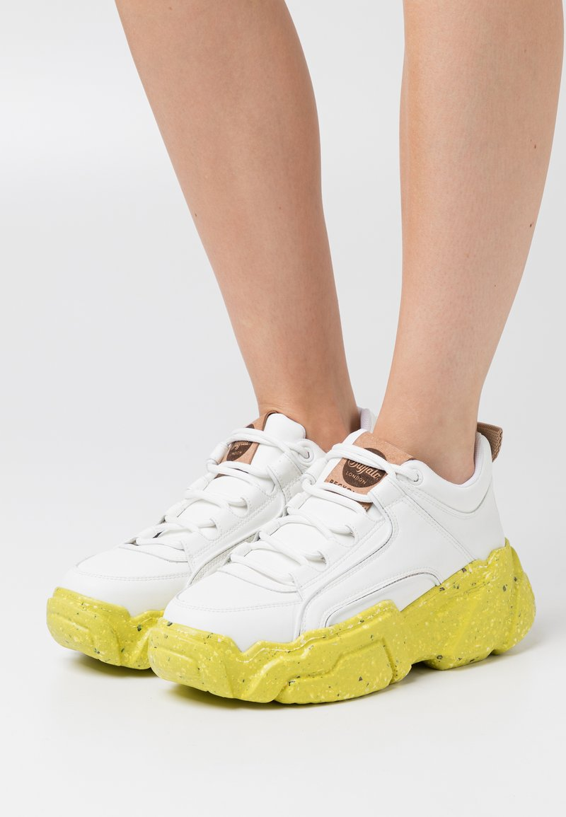 Buffalo London - ALEXUS - Trainers - white/yellow