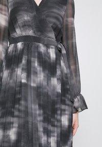 NA-KD - TIE DYE MIDI PLEATED DRESS - Denní šaty - black - 5