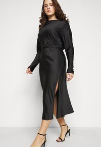 Glamorous Curve - MIDAXI DRESS WITH LONG SLEEVES COWL NECK FRONT AND BACK TIE - Cocktailkjole - black - 4
