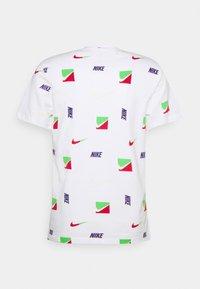 Nike Sportswear - TEE BRANDRIFF - T-shirt med print - white - 6