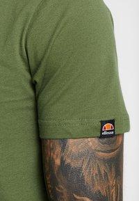 Ellesse - VOODOO - T-shirt imprimé - dark green - 5