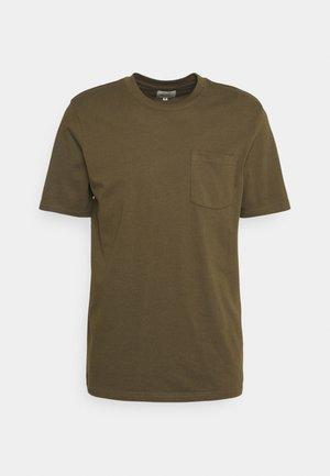CLARKE TEE UNISEX - Paprasti marškinėliai - dark olive