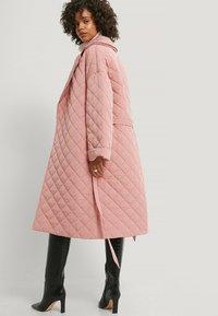 NA-KD - Klasyczny płaszcz - dusty pink - 2